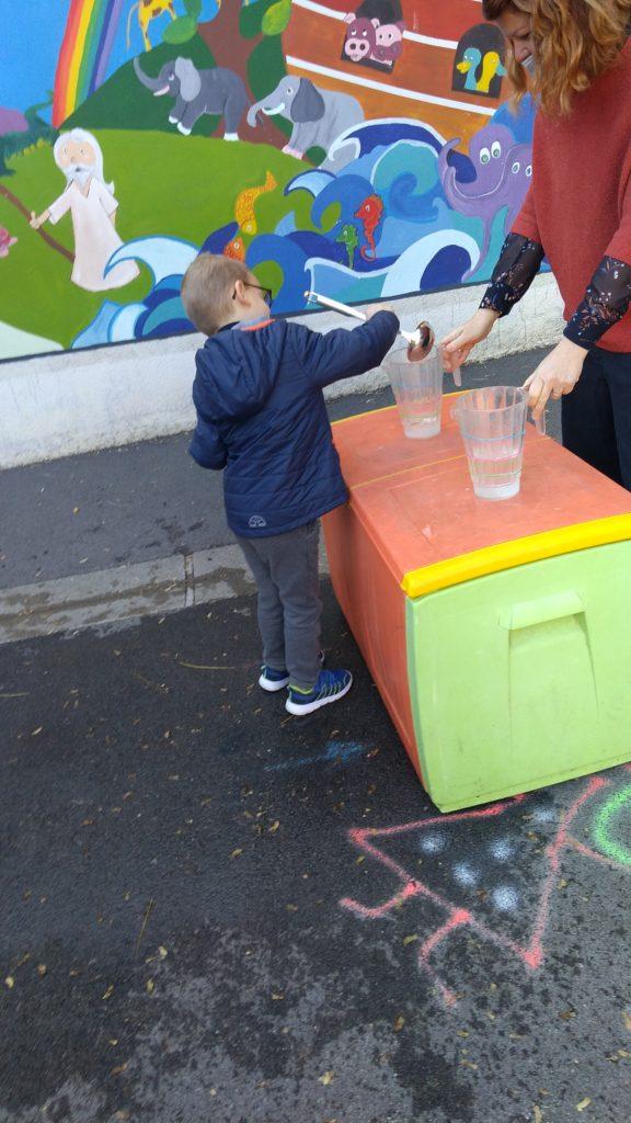 Ecole Saiinte Marie Fuveau jeu d'eau équilibre l'enfant rapporte dans une louche la quantié d'eau non renversé pendant le parcours sur 10 mètres