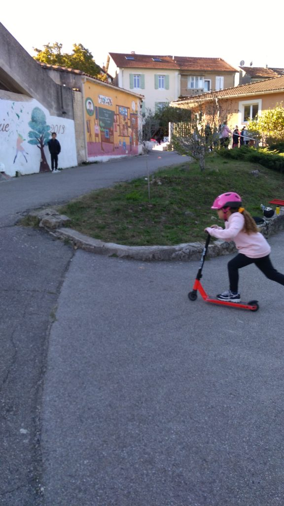 Ecole Sainte Marie Fuveau trotinette journée olympiade l'enfant accélère dans une montée