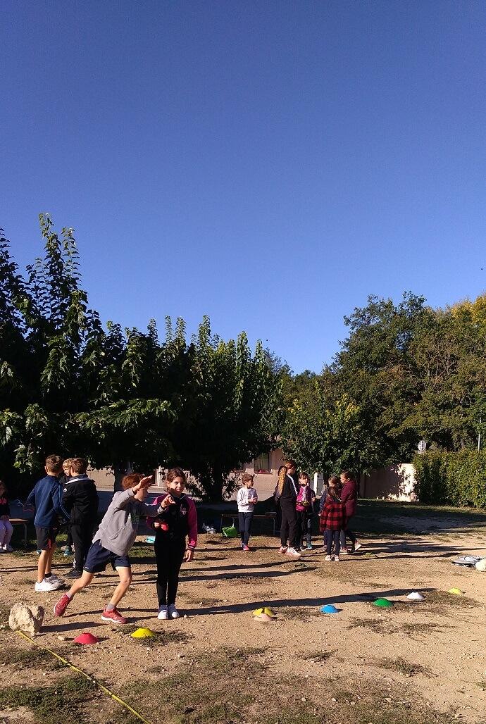 Ecole Sainte Marie Fuveau espace sport detente ecole sainte marie fuveau les enfants jouent entourrés d'arbre sol de terre naturelle