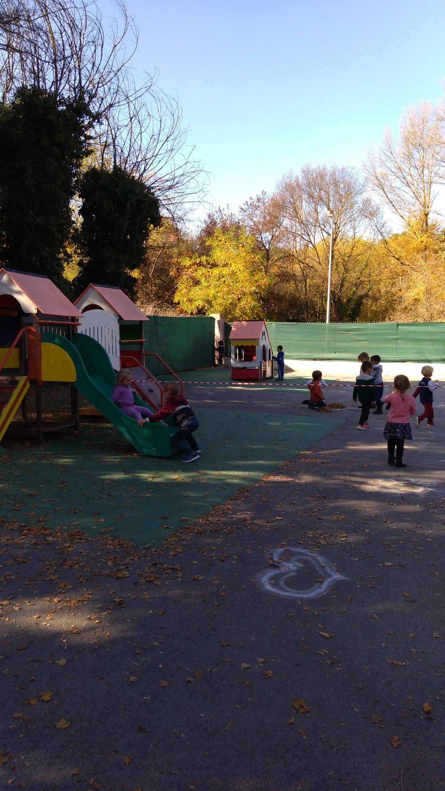 Ecole Sainte Marie Fuveau aire jeux maternelle les enfants joueent dans les cabanes glissent sur toboggan montent petite piste escalade