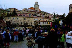 Ecole Sainte Marie Fuveau Marie fête des lumières 8 décembre 2020 tous les enfants sont rassemblés devant le massif où la statue le la vierge Marie d'une hauteur de 3 mètres se dresse autour d'arbustes avec des lanternes éclairés dans les arbres