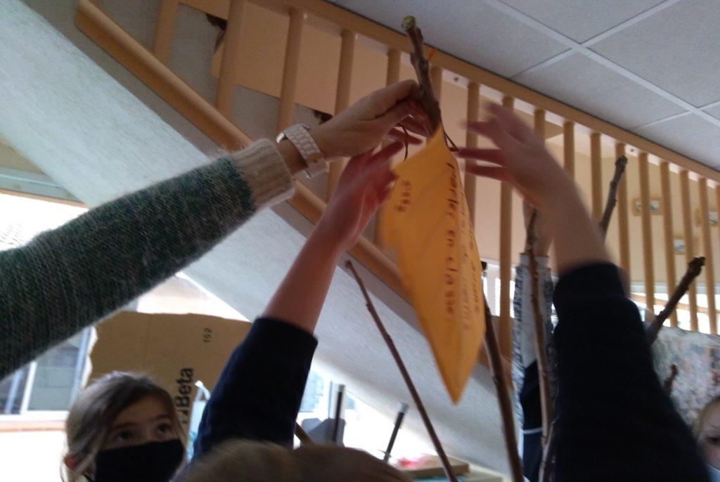 Ecole Sainte Marie Fuveau photo un arbre va grandir article célébration d'entrée en Careme des mains d'enfants accrochent à une branche d'arbre une feuille découpée dans du papier avec un texte de bonne intention ne plus bavarder en classe