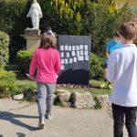 Ecole Sainte Marie Fuveau des noms d'oubliés de la rue sont affichés sur la steele par les élèves des classes de CM1 et CM2 stèle symbolique en hommage aux oubliés de la rue photos