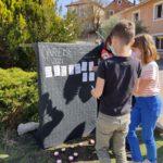 Ecole Sainte Marie Fuveau des noms d'oubliés de la rue sont affichés sur la steele par les enfants