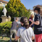 Ecole Sainte Marie Fuveau des noms d'oubliés de la rue sont affichés sur la steele par les enfants la stelel est placée au pied de la statue blanche de la vierge Marie dans un massif arboré