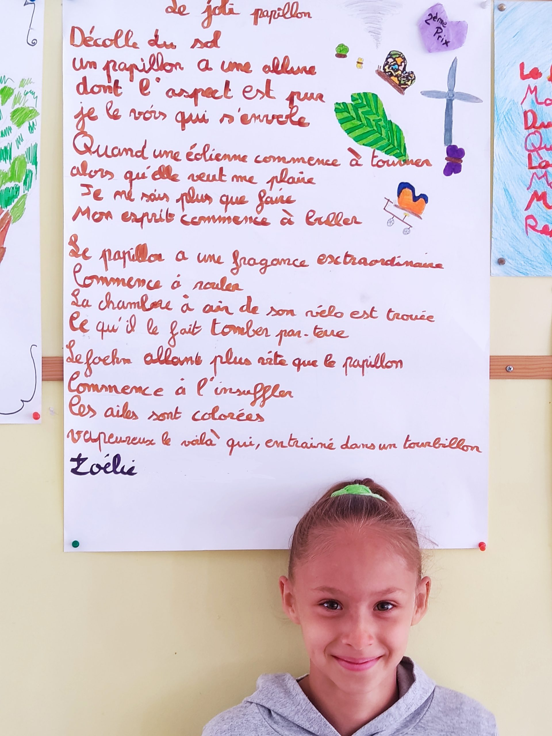 ecole sainte marie fuveau francophonie poème premier prix 2 la jeune fille qui a reçu le deuxième prix prise en photo et son poèrme au dessus-d'elle