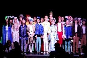 PHOTO ENFANTS sur scène pièce de théâtre Romée Juliette et Freddie Mercury école Sainte Marie Fuveau 2021